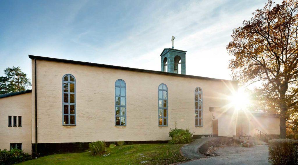 Breviks kyrka i motljus. Foto Tim Meier 2016.
