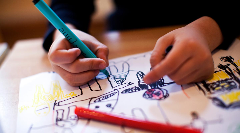 Barn som ritar. Foto Josefin Casteryd/IKON.