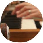 narbild-pa-hander-som-spelar-orgel-foto-magnus-hallberg-300
