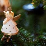 Närbild på julgransdekoration i form av en ängel. Foto Josefin Casteryd.