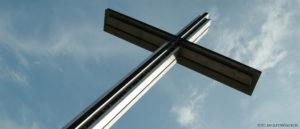 Kors mot blå himmel