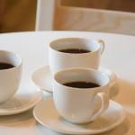 Tre kaffekoppar på ett bord