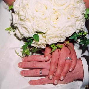 Vigselpar händer med ringar.