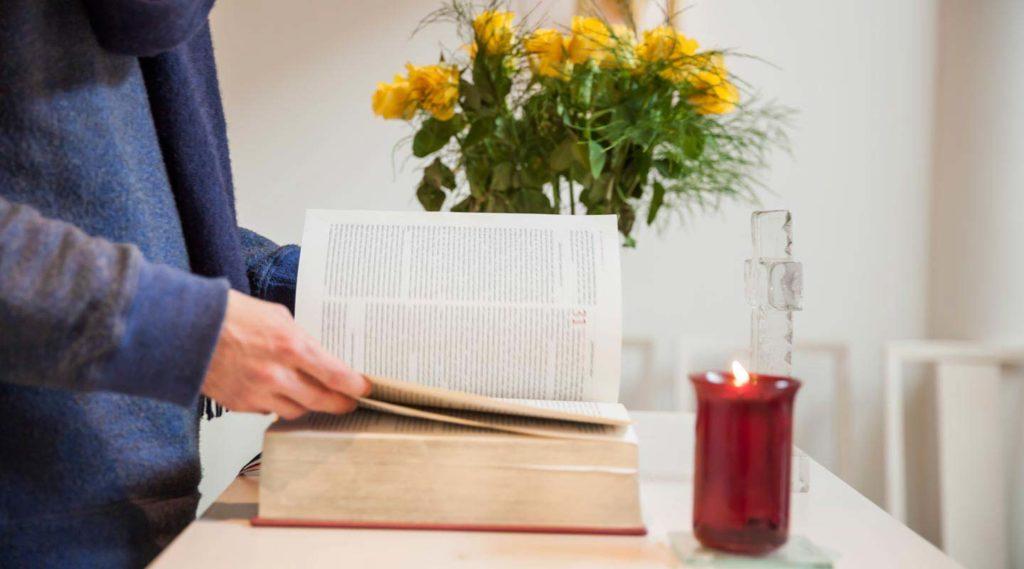 Detaljbild. Bibeln i S:ta Anna kapell. Foto Tim Meier 2016.