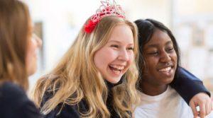 SKUM, för dig som är ung på Lidingö. Glada unga tjejer. Foto Alex & Martin IKON.