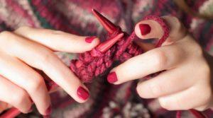 Händer som stickar. Foto Shutterstock.