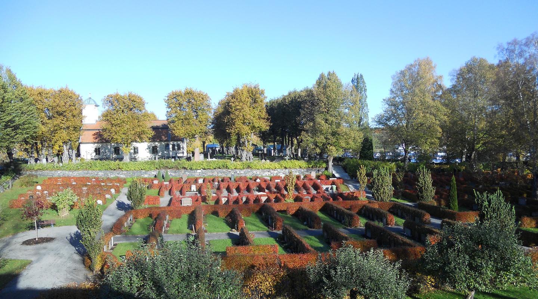 Höst på kyrkogården och Lidingö kyrka.