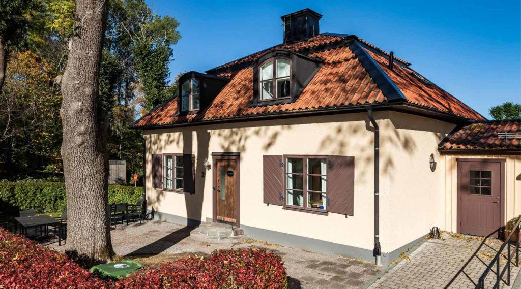 Kyrkallén, det gula huset på Lidingö kyrkogård. Foto Tom Meier 2016.