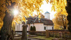 Lidingö kyrka i motljus. Foto Tim Meier 2016.