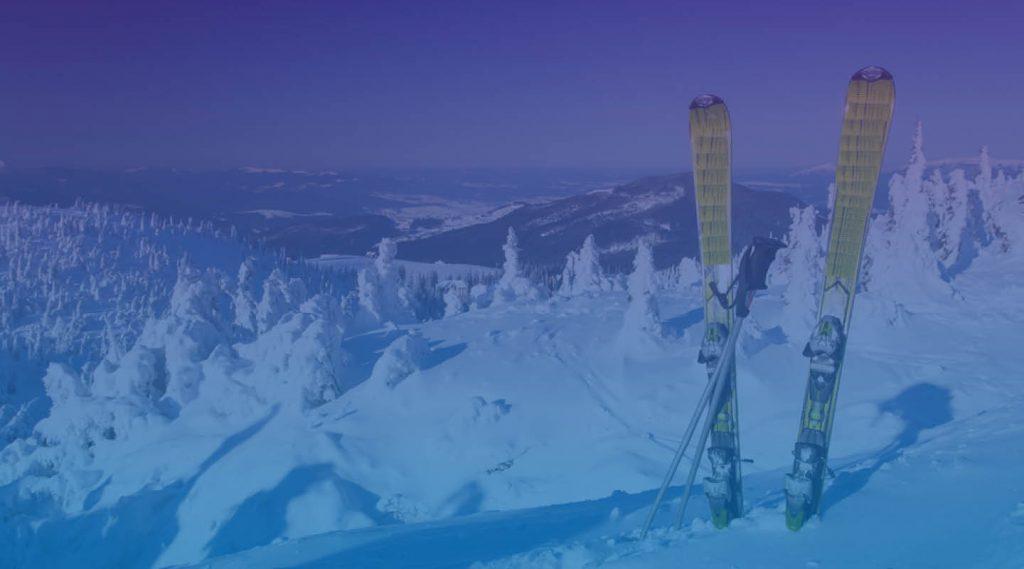 Skidor på bergstopp. Foto Shutterstock.