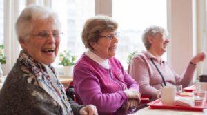 Tre äldre damer fikar. Foto Alex & Martin IKON.