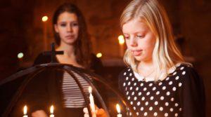 Två flickor vid ljusbäraren. Foto Evelina Carborn 2014.