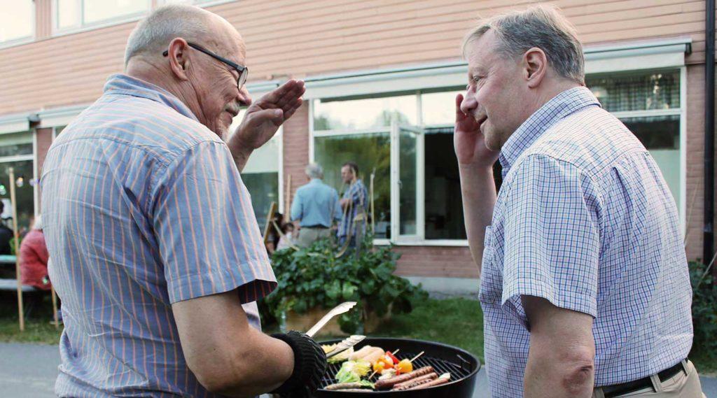 Två män grillar utanför Sta Annagården. Foto Jennie Soläng 2017.