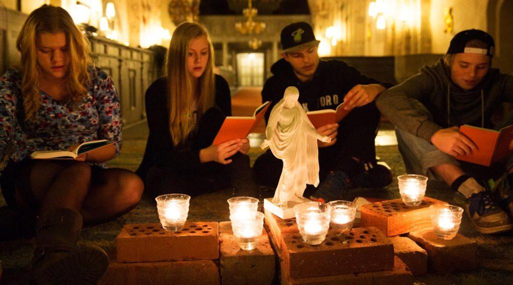 Ungdomar firar gudstjänst eller mässa. Foto Alex & Martin IKON.