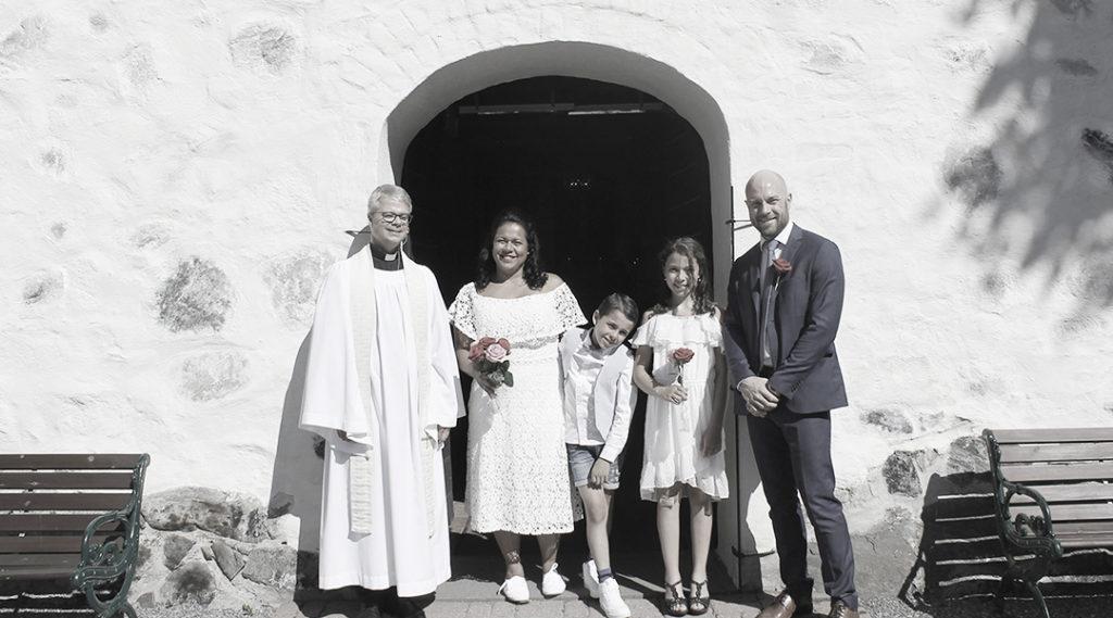 utanför kyrkan hela familjen