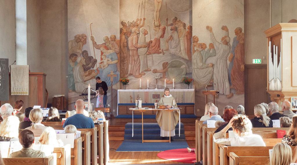 Vid-altaret-och-ljuständning-Breviks-kyrka-manne-foto2018